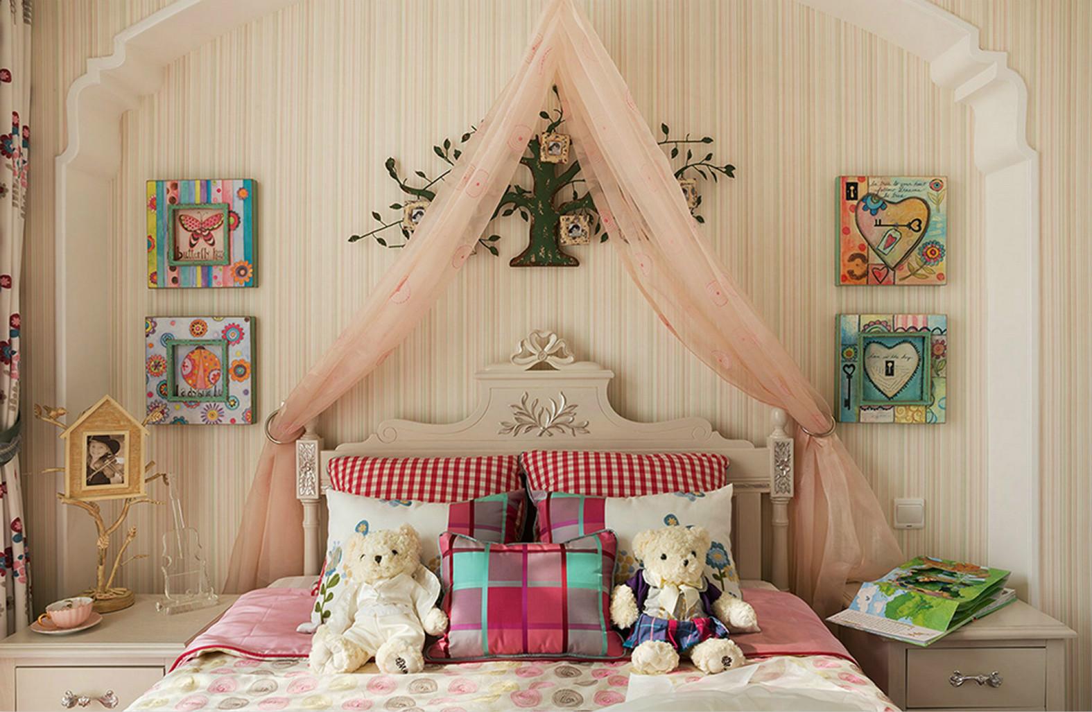 儿童房床头背景可爱的挂画装饰,提亮了整个空间的阳光以及温暖。