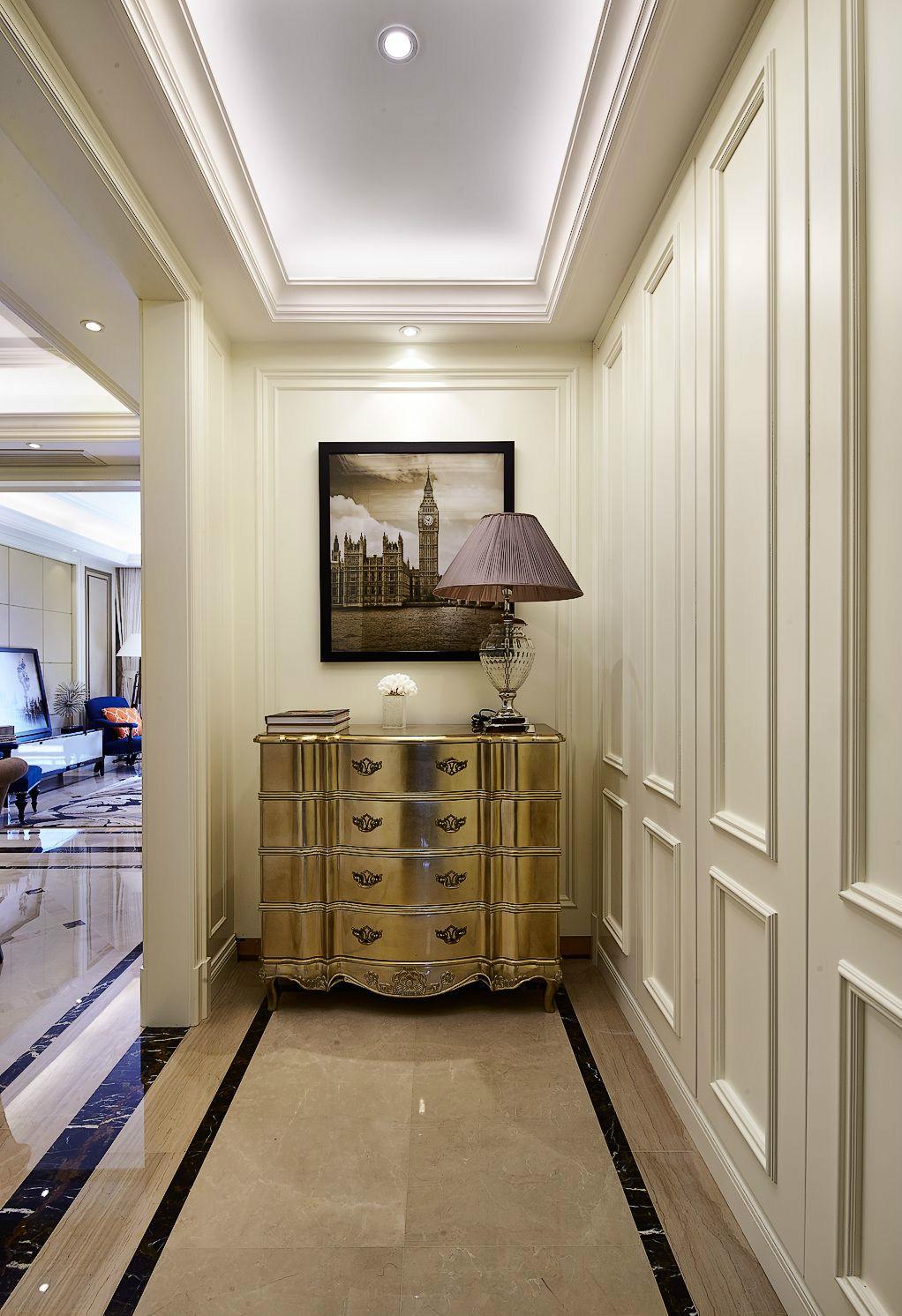 放眼玄关,白净的色调中搭配金色玄关柜,使色彩看起来明亮、大方。