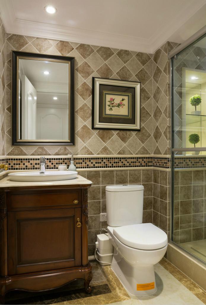 卫生间充满质感的大理石纹理地面、墙面,个性化的装饰画充满现代感,干净大气的同时又不失格调。