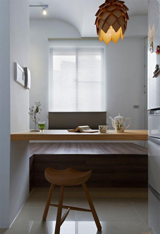 一盏现代感的吊灯更让空间的质感加乘,形塑优雅的空间表情。
