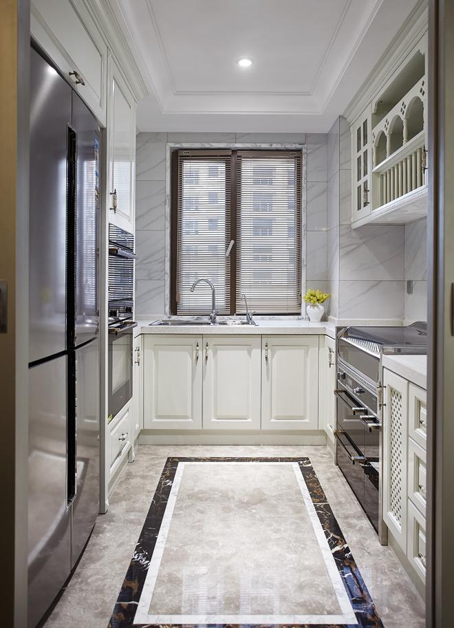 厨房以白色为主调,金属色的现代厨具配上新古典风格的橱柜设计,还有房中无处不在的黄色花卉做装饰。