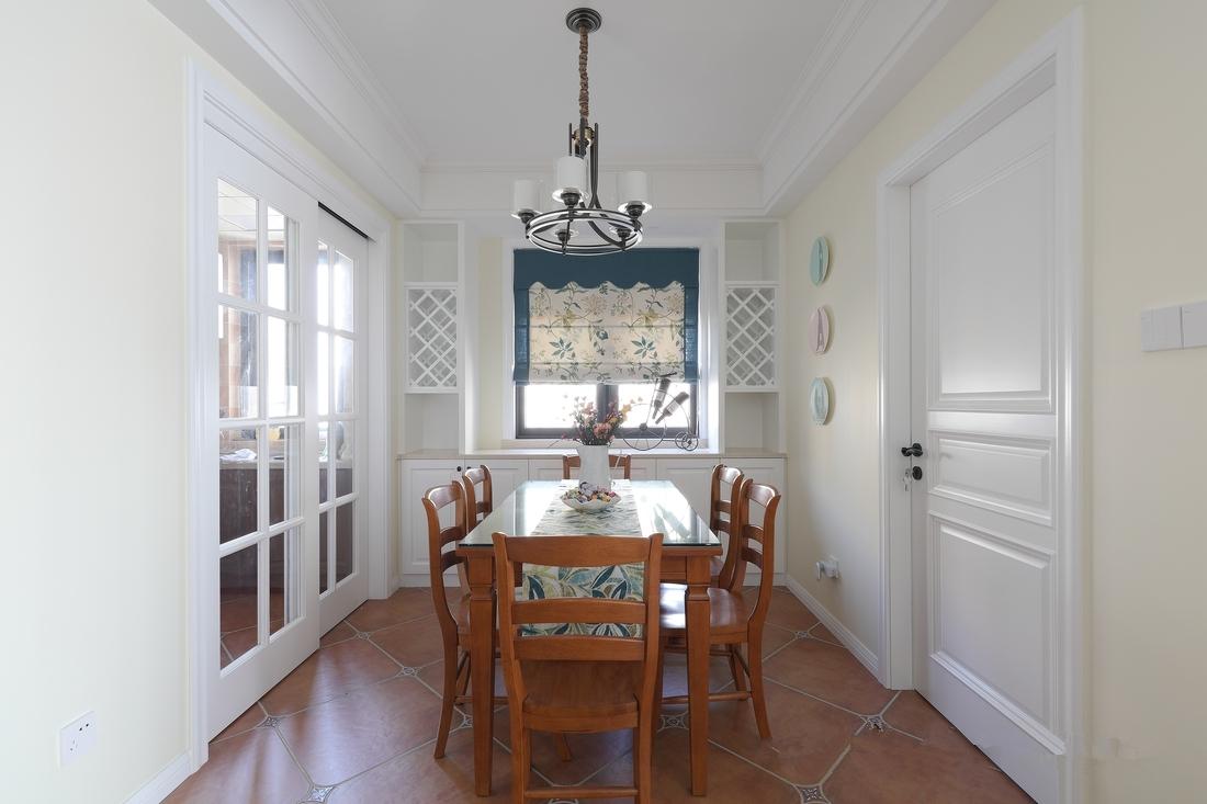 餐厅与厨房通过玻璃推拉门相隔,餐边柜的设计让餐厅收纳更方便