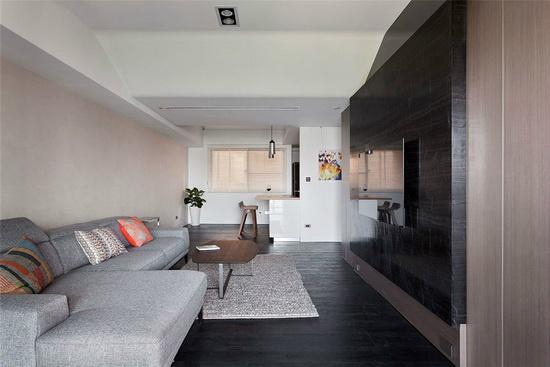 依照屋主喜爱的黑白灰色系融入自然休闲元素,为之擘划格局尺度流畅的生活格局。