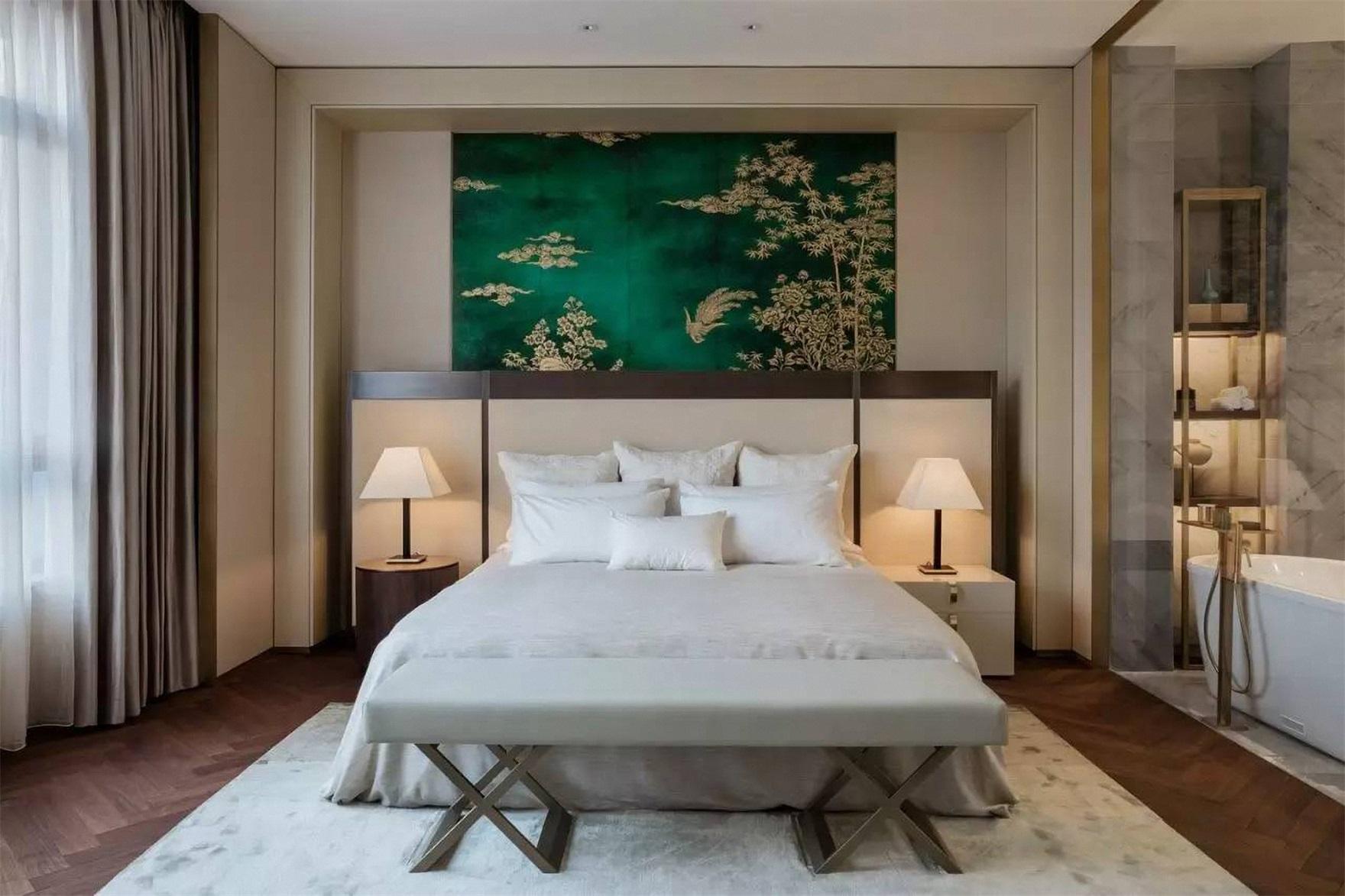 卧室背景墙设计使空间更为雅致,低饱和高级米色系艺术配色,质感自然。