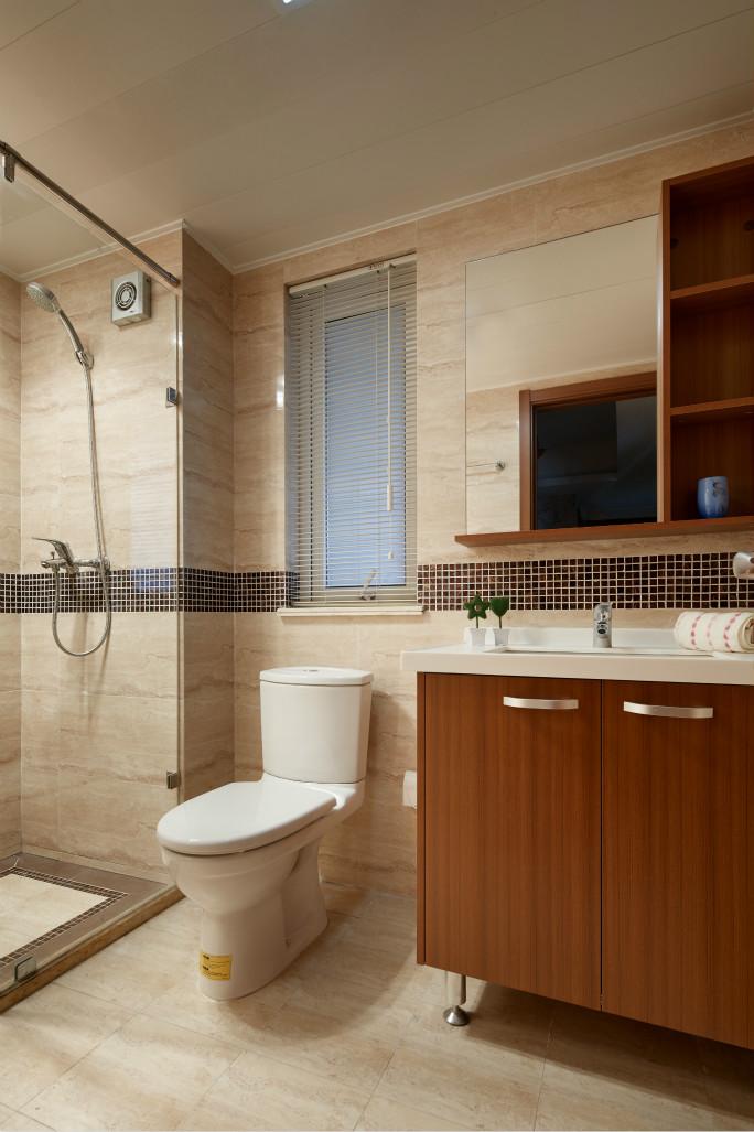 卫浴室的四周背景墙瓷砖为铺贴,搭配上白色瓷质的家居,简约而时尚