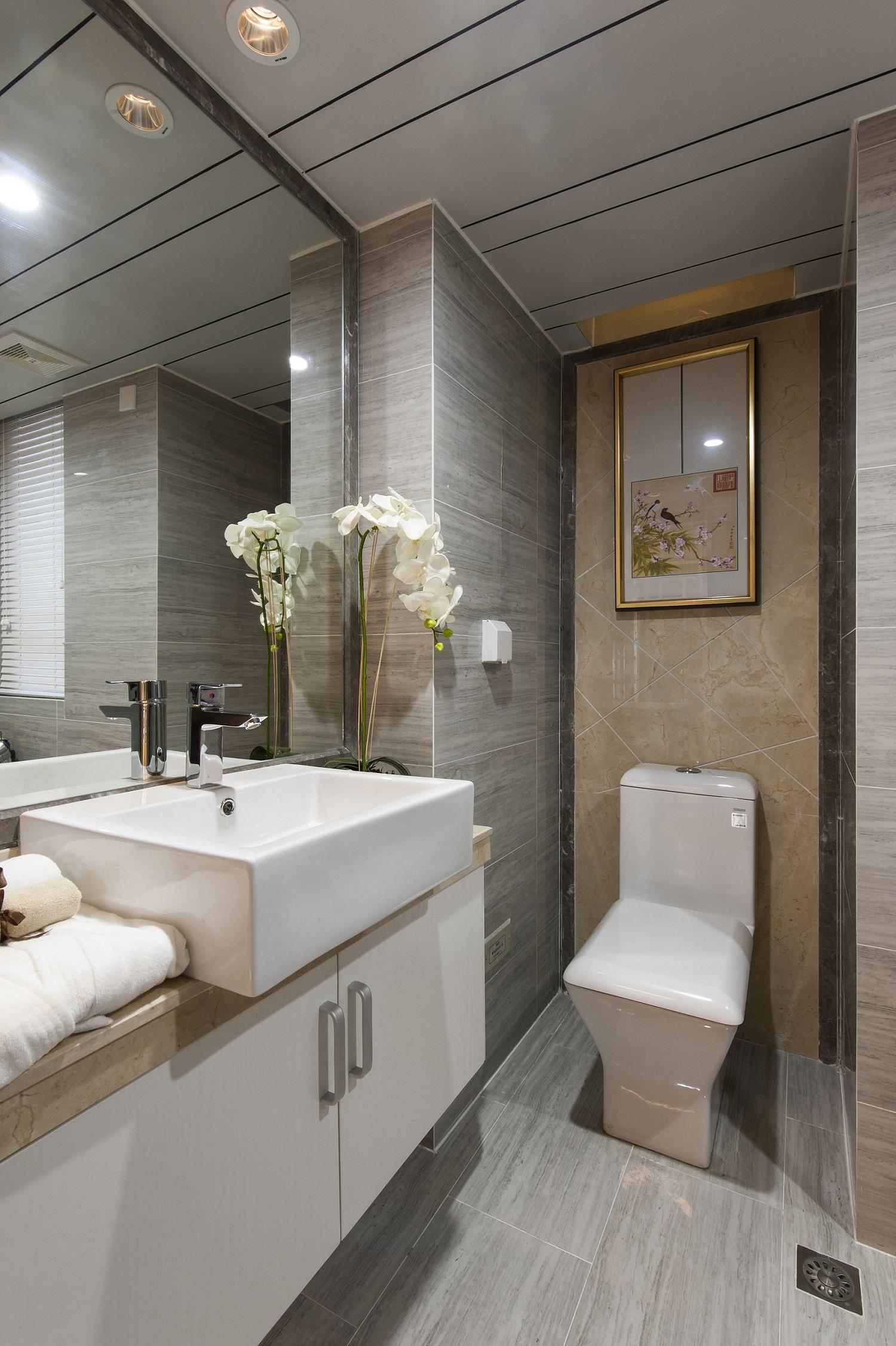 卫生间整体打造为浅色空间,视觉效果通透明亮。