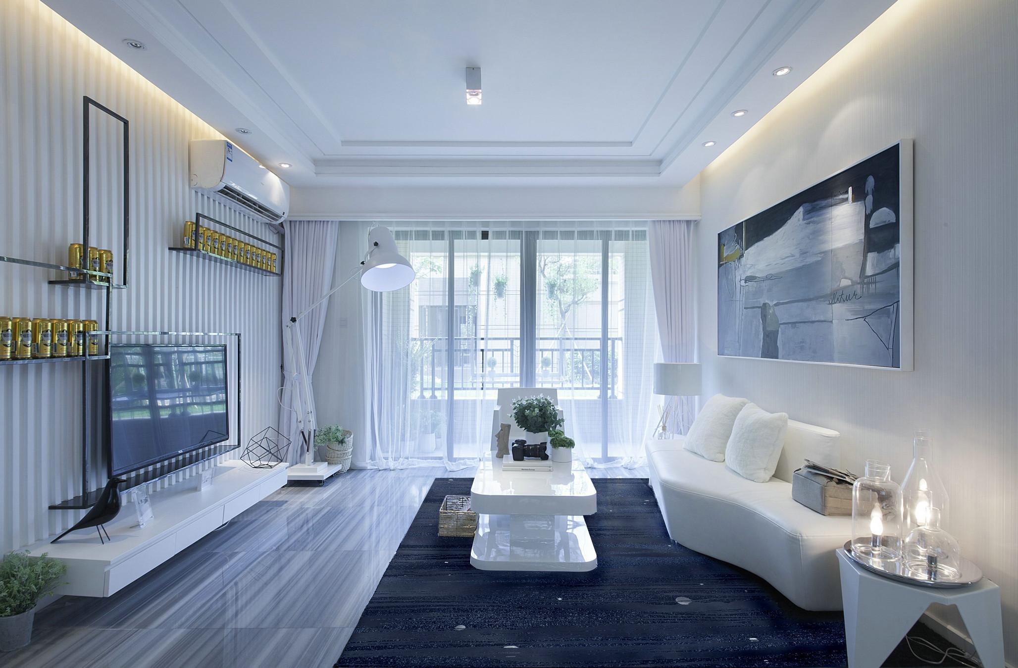 客廳空間以白色爲底蘊,白色皮質沙發時尚感強,搭配裝飾畫與照明燈具,空間溫馨十足。