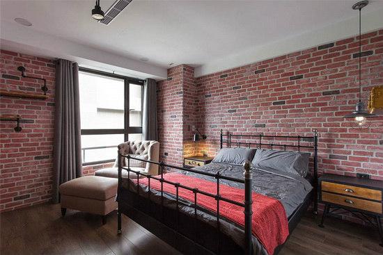红砖色文化石环绕的主卧房呈现浓烈粗犷的工业风表情。