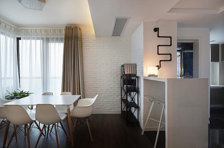 客厅跟餐厅是连在一起的,不像有的户型中间隔了个过道