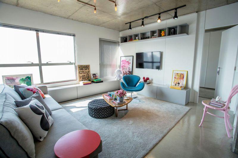 电视柜与墙边的储物柜一体,不仅增加了储物面积,还能起到椅子的功能。
