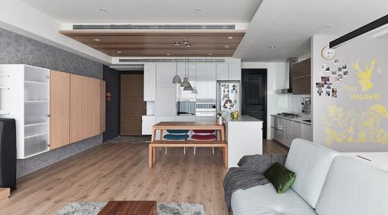 重整后的格局,让客餐厅和厨房处于同一空间内,沙发后方的木桌作为小主人的写字桌。