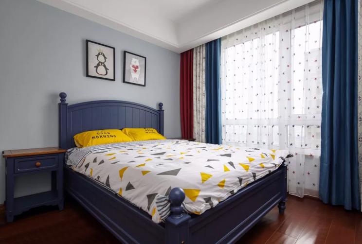 儿童房以蓝色为主调,黄白两色进行点缀,温馨舒适。墙面用两幅卡通画做装饰,童趣。