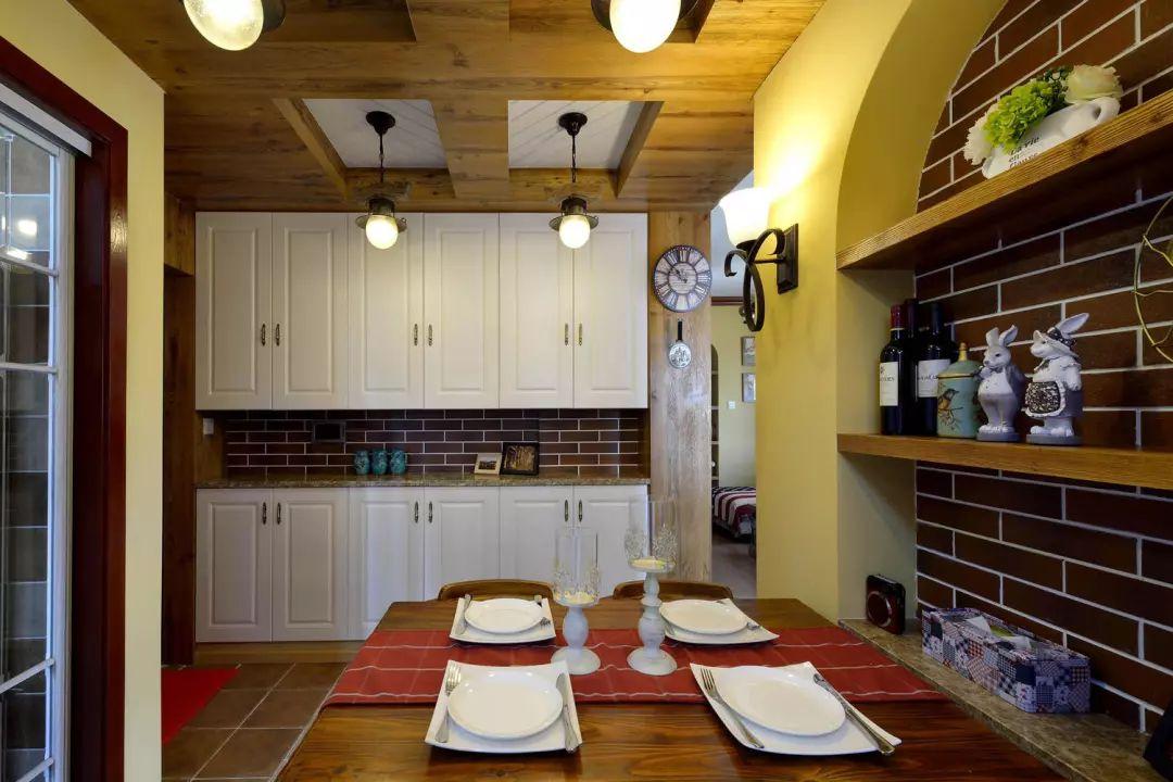 从客厅沙发位置,可以看到餐厅的一角,客厅的电视墙和餐厅的吊顶使用了木作工艺形成了一种关联性。