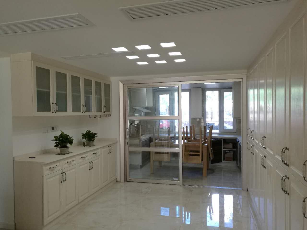大的收纳空间还可以为厨房缓解压力,让空间看起来干净整洁。在9盏吸顶灯下,整个餐厅空间更加明亮。