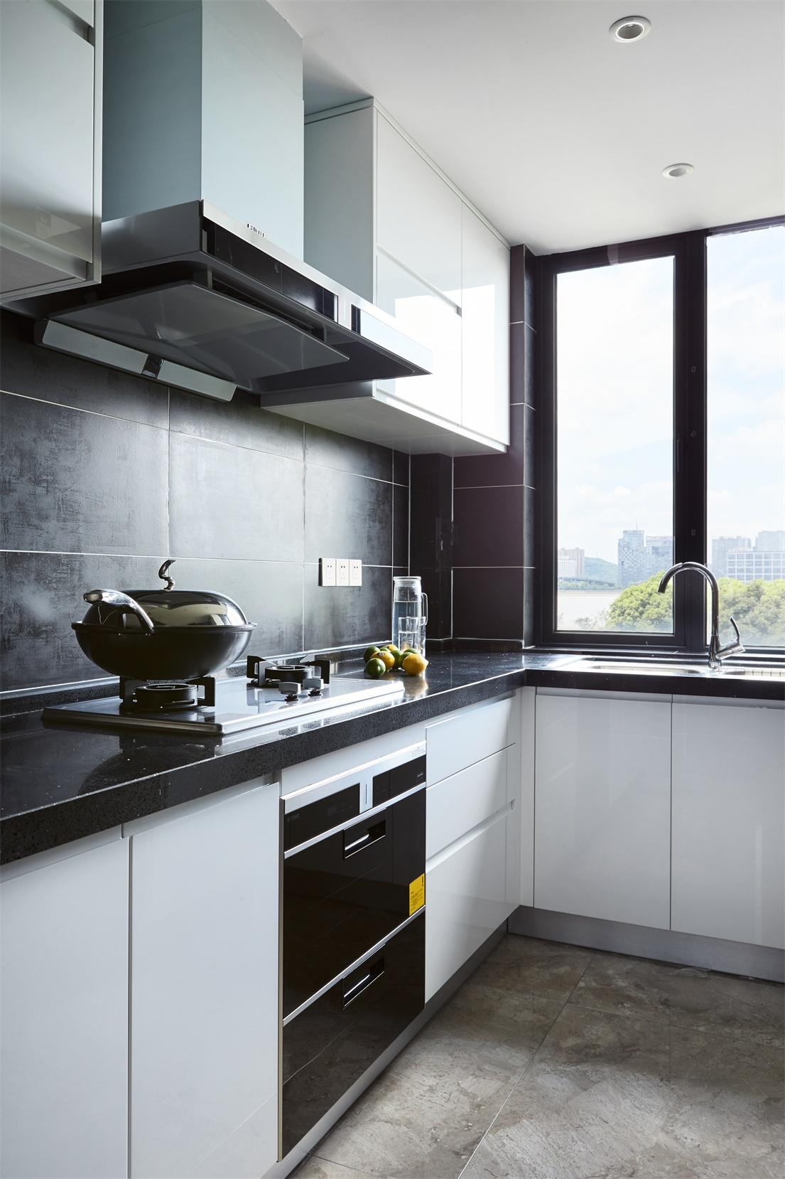 厨房动线设计合理,拥有了轻松氛围,橱柜颜色搭配和谐,充满了装饰意味。