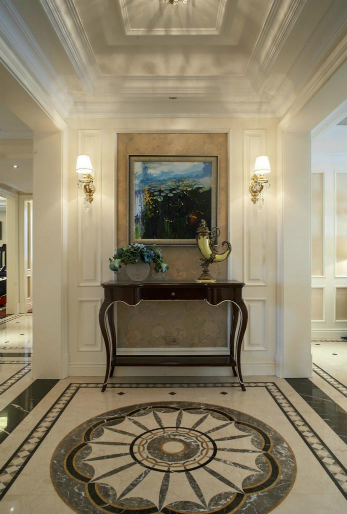 玄关设计的也淡雅中带着时尚的格调,壁灯、壁画与花纹地毯,搭配的很巧妙。