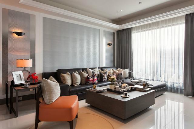 黑色皮质沙发衬托更多的是稳重,米白色抱枕点缀其中带来一丝灵动。