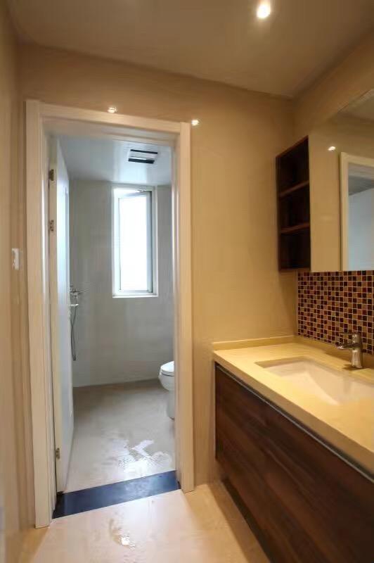 卫生间干湿分离区域明显,以胡桃木色系为主,浴室柜和镜柜颜色都较深,给人沉稳大气的感觉。