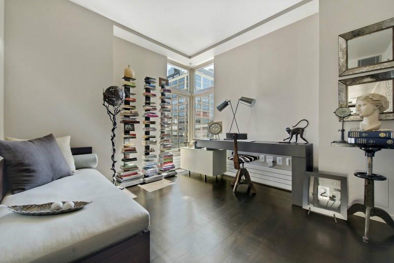 书房设计简单大方,也有一张小床,方便疲劳的时候休息