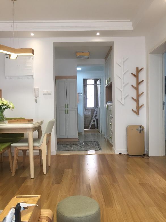 入户即可见餐厅,有趣的是,在门旁的白墙上,选择了两个树枝形状的饰物,让主人对家居的偏好一览无余。