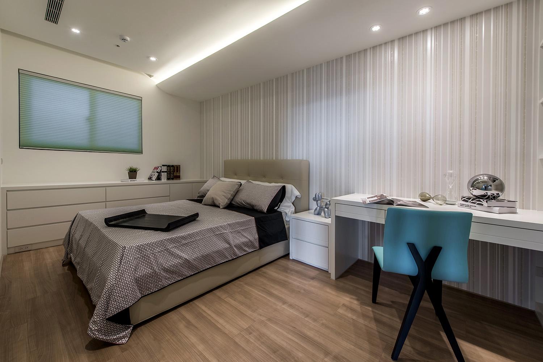 次卧一种清新爽朗之感,床配上格子的布艺床品,简洁雅致之感