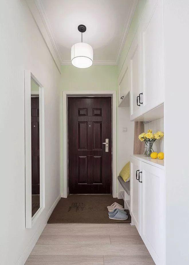 玄关是个小小的过道,左右两侧分别装了平面镜和收纳柜,柔软的毛毯让人一进门便能感受到温馨。
