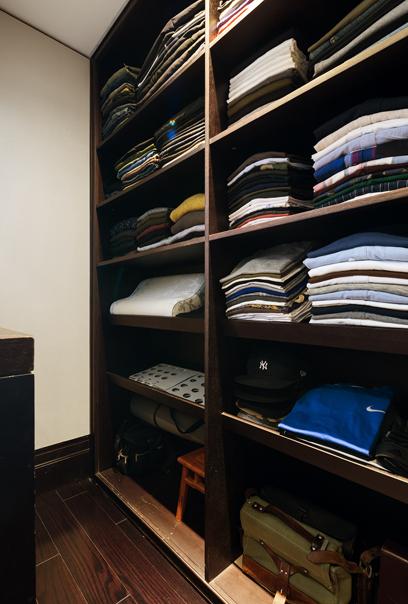 屋内一尘不染,衣服如全新般整齐。