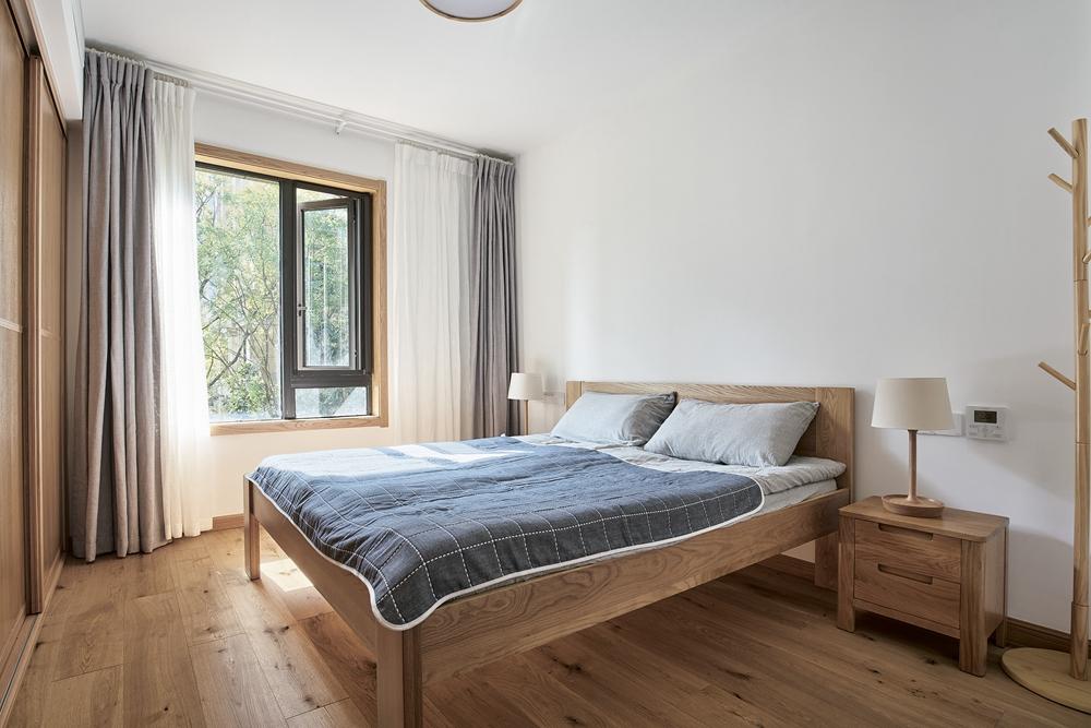 主卧的设计具有生活气息,原木元素营造了一种安静、舒适的意境。