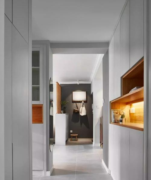 一个家居室内空间设计中,往往最容易忽略的就是过道。能充分利用过道的空间设计出收纳,最方便也最实用。