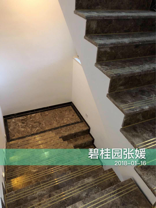 不论是黑色花纹大理石,还是细腻的纹路,设计师在楼梯设计上首要考虑到安全性。
