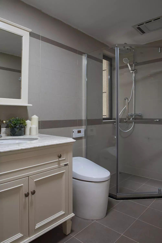 卫生间设计了镜面柜门,壁挂式的镜箱收纳柜大大节省了空间。