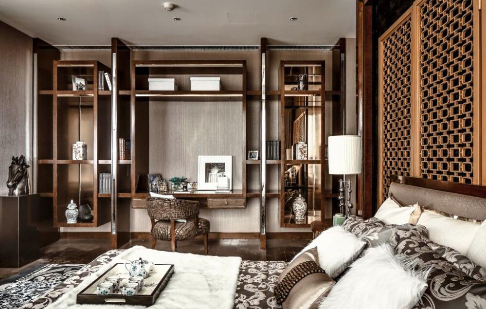 这件卧室同样设置办公区域,休息办公两不耽误,优雅而华丽的意式风格,谁不会心动。