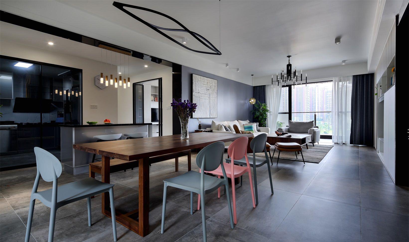 餐厅在客厅的旁边,与厨房在同一处,利用差异来区分空间。