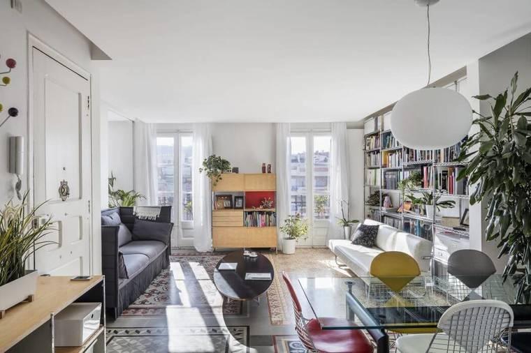 保留了风格迥异的釉面地砖,并以此划分功能区,不同图案增加了空间的丰富度,同时也是整个公寓最大的亮点。