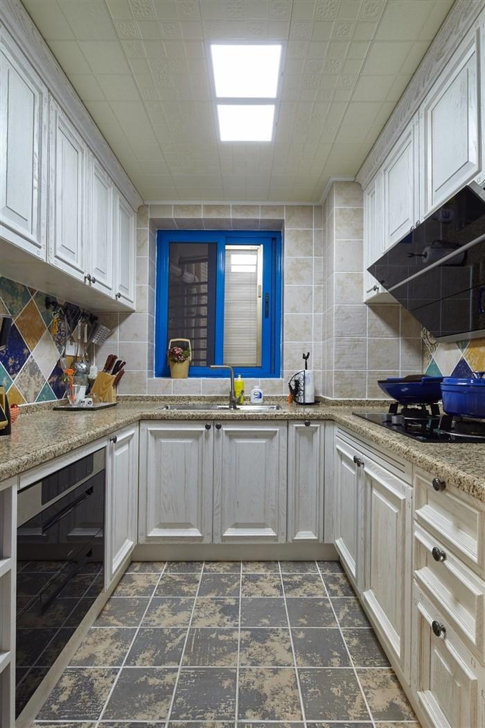 厨房里也调皮式的把窗户抹上了蓝色的边框,似乎在告诫别人,我是混搭的风格,蓝色是我的精髓。