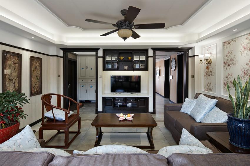 茶几、沙发、太师椅整齐有序,典型中式传统布局,所谓斋庄中正便是如此。