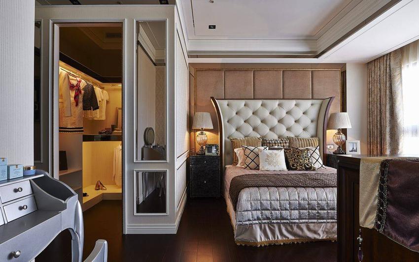 以精品柜概念为发想的更衣空间,开放式法链结了睡眠与收纳机能。