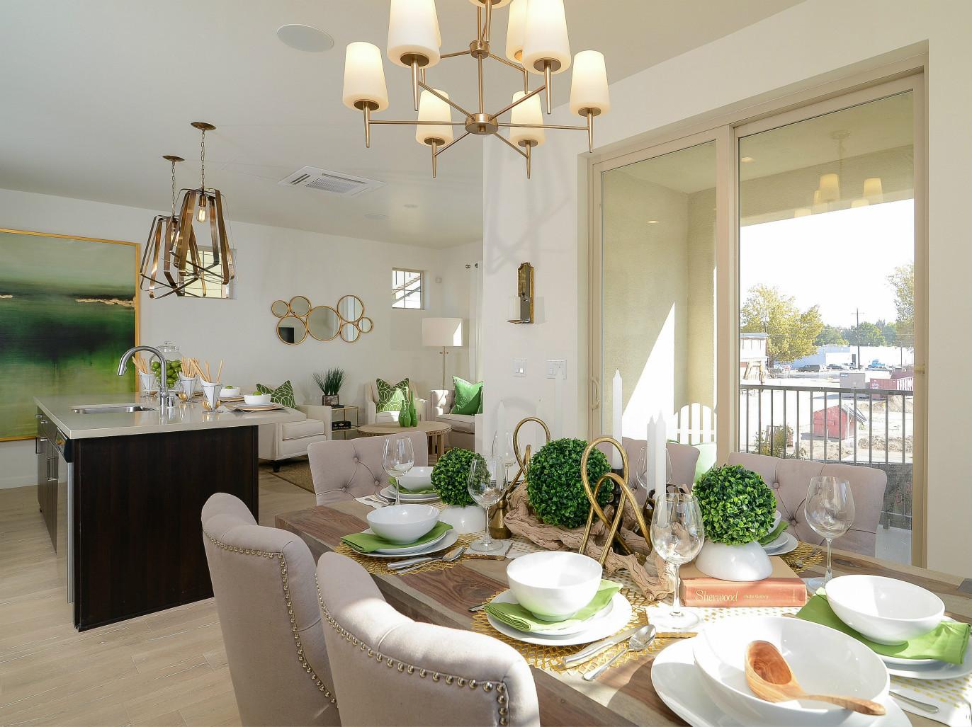 餐厅与客厅在同一水平线上,看起来更加宽敞通透。