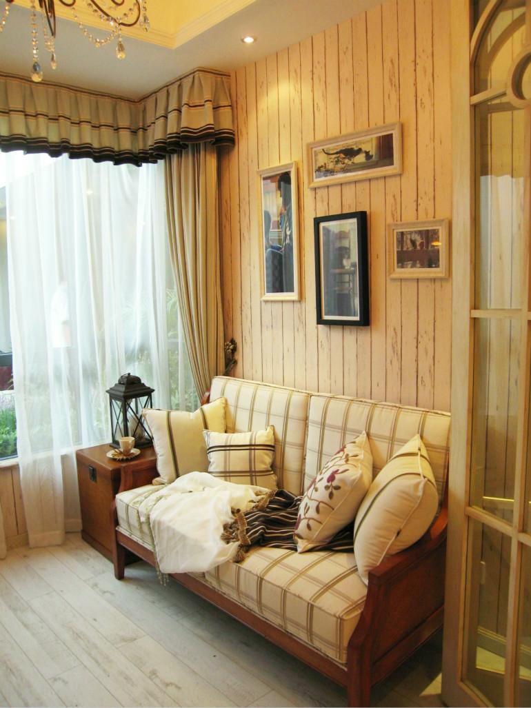 木制墙壁以及地板,田园范儿十足,格状的浅色布艺沙发,淡雅又觉得干净。