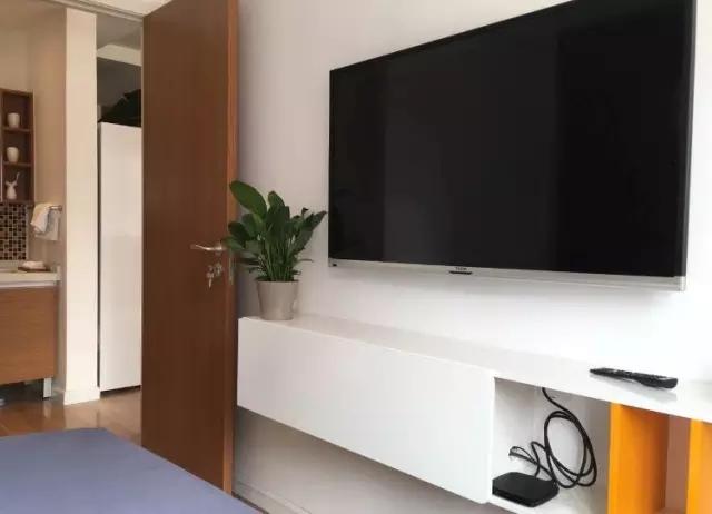 电视柜和门预留尺寸刚好,配上电视,躺在床上就可以享受美好人生