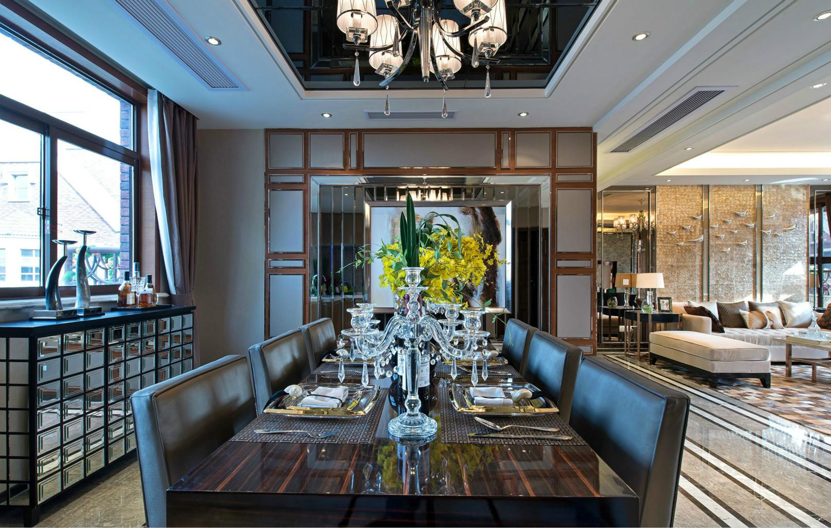 餐厅以黑皮椅子和木质桌子,营造出简约时尚又大气的品味