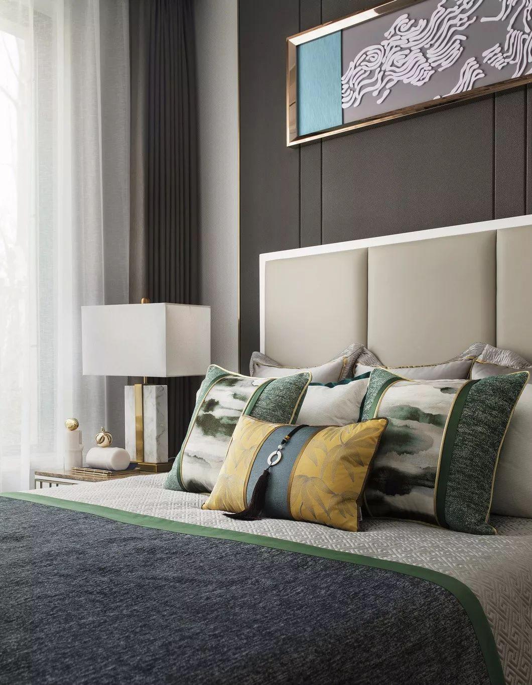 次卧是中西合璧的现代空间,整体布局方正规整,简约中彰显着雅致,理性中蕴涵着传统民族情韵。