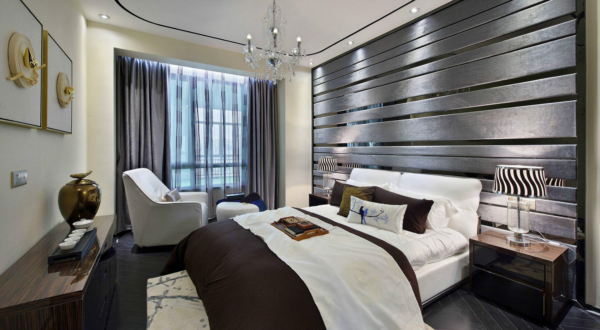 卧室床头背景以灰色屏风板装饰,搭配顶部的筒灯与主卫的玻璃与里侧的大理石质感,给人以优雅高档的质感;