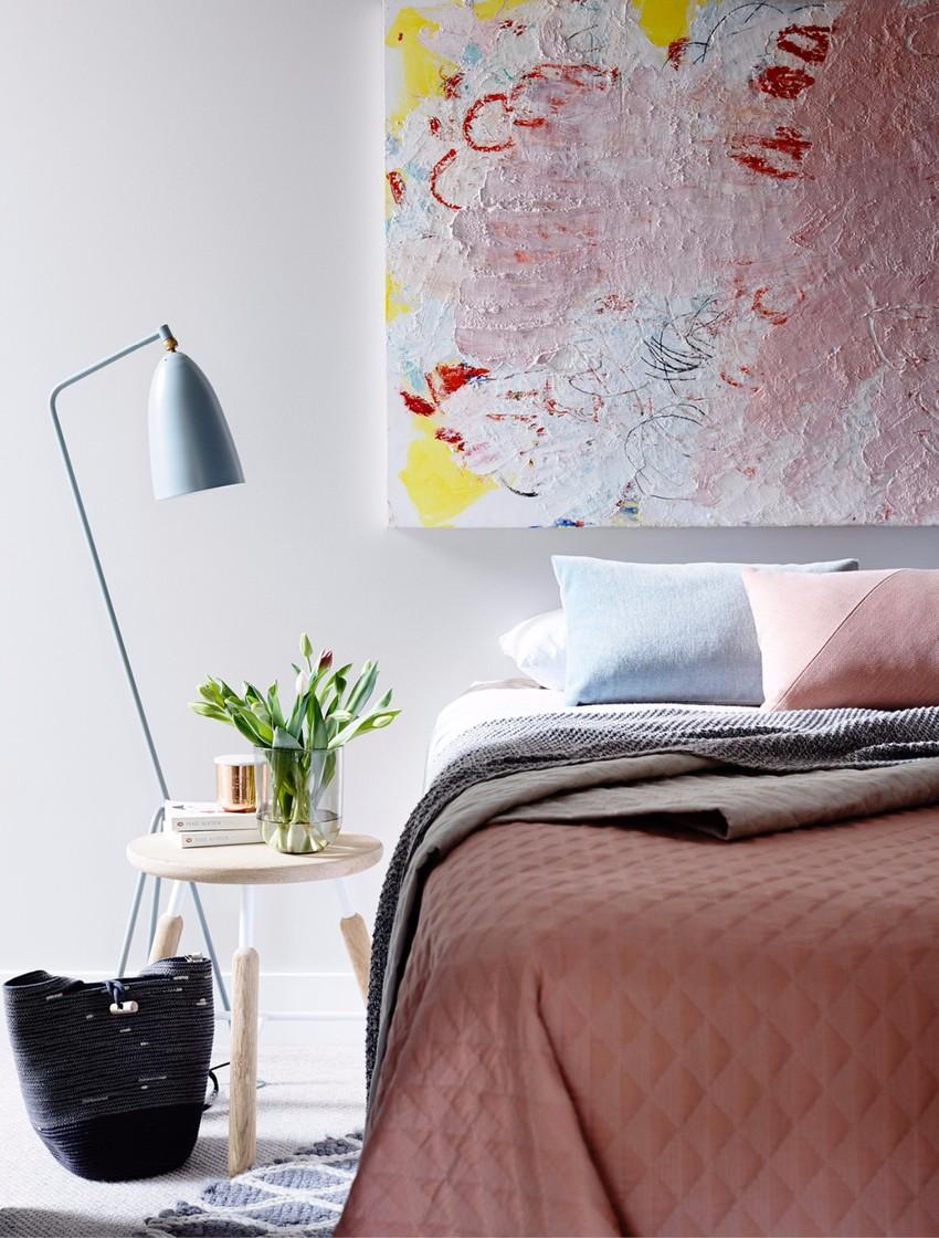 卧室散发着甜美的气息,无论是装饰画、布艺还是落地灯,无一不体现了屋主的品位和对生活的追求。