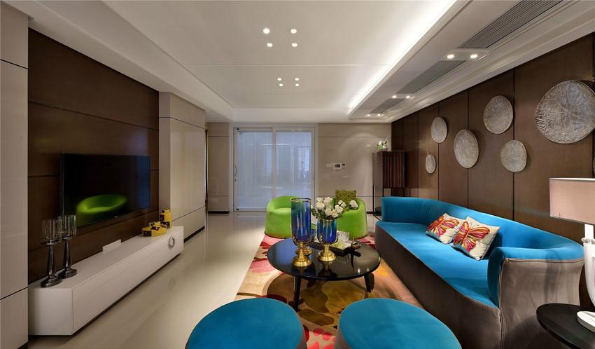 客厅中最大亮点:一是水晶波点式沙发背景墙点缀,使得空间亮晶晶,儿时蓝绿色组合沙发,闪瞎你的双眼。