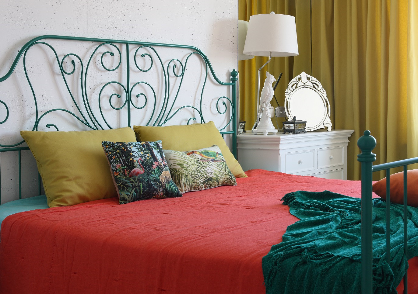 卧室是最好的休息场所,整体以暖色为主,更好的方便主人休息