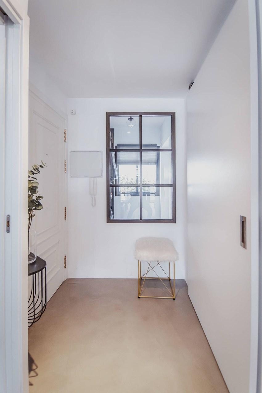 纯白的色调与地板原木色,让空间呈现一派清新与自然的味道,初看给你并没有太多现代风格的感觉。