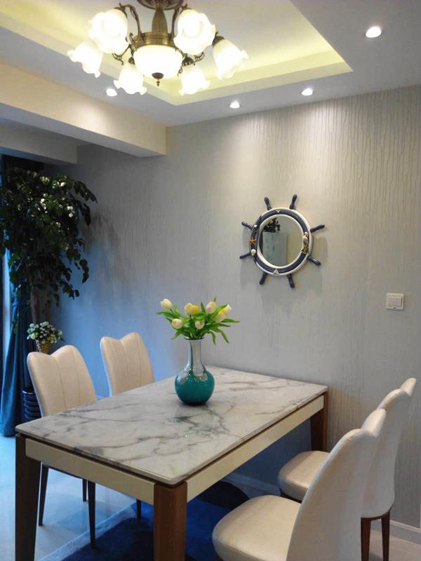 餐厅和客厅的吊灯单看会略显浮夸,但是放在这么稳重的整体布局中,给整体的风格增色不少。