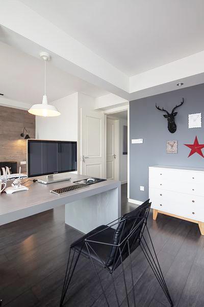书桌直接安排在主卧的一边,多了些随意自然。使整个卧室的氛围更加的轻松惬意。
