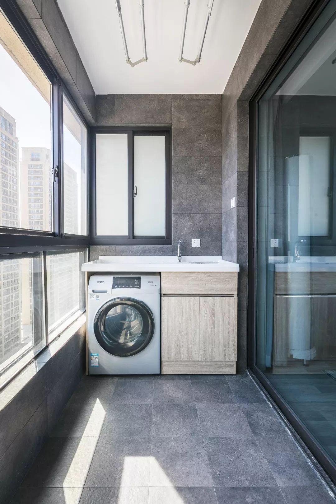 阳台采光特别足,以洗衣晾晒为主,还是非常实用的。时尚的灰色地砖,给人很大气的感觉。